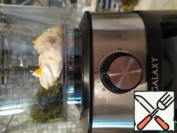 The boiled breast, 2 tablespoons of sour cream, curry and dill are sent to the bowl of a food processor. Punch until smooth.