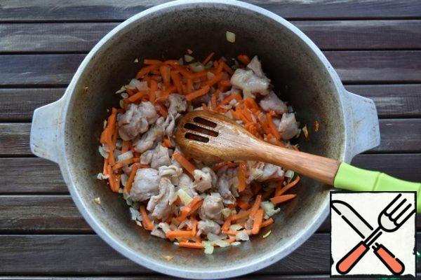 In a cauldron, heat the vegetable oil until a haze appears. Put the meat and fry it on high heat. Then add the vegetables, stir and fry for another 3-4 minutes. Pour a glass of water, add spices, salt, garlic and a whole pod of hot red pepper if desired. On medium heat then sirvac 20-30 minutes. Do not let it boil too much, otherwise the carrots and onions will just boil and turn into porridge.
