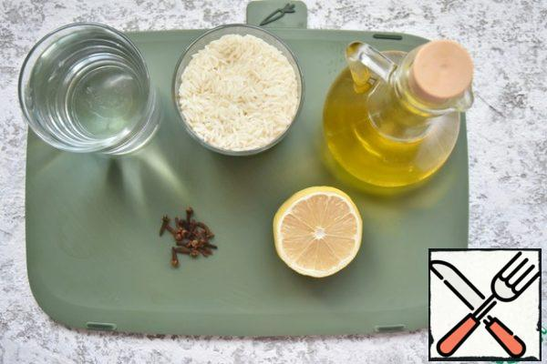 To prepare spicy crumbly rice, prepare long-grain rice, olive oil, water. salt, a few cloves and half a lemon.