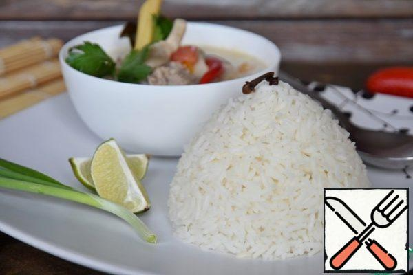 Crumbly rice can be served with any Asian dish.