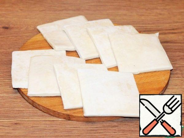Cut 2 plates of dough into 8 pieces.