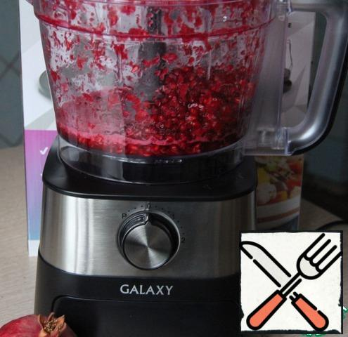 """Grind in a blender (I used a combine, the function of """"blender"""") pomegranate seeds and RUB through a sieve to get the juice and get rid of the pulp and seeds. It took me almost 2 grenades. There's not much left to decorate."""
