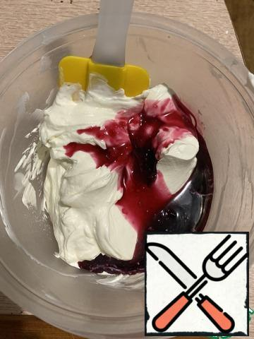 In this mass, add the syrup and mix with a spatula.