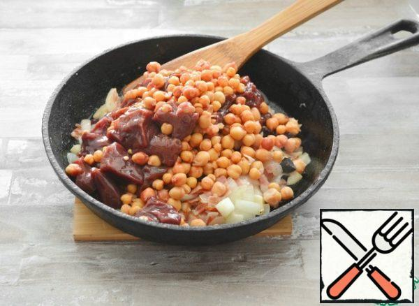 Add the liver and chickpeas, fry together for about 10 minutes. Do not overcook the liver, it should remain soft and juicy