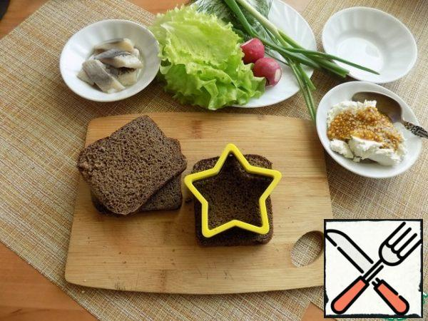 We prepare products for toast. Eggs, to decorate dishes in the form of a mouse, you need to cook hard boiled. I will cut the bread with a cookie cutter-a figure of a star, because it is a serving for the new year's holiday. On weekdays, it does not need to be cut so, just dry in a toaster or on a dry pan, in the oven or not dry at all.