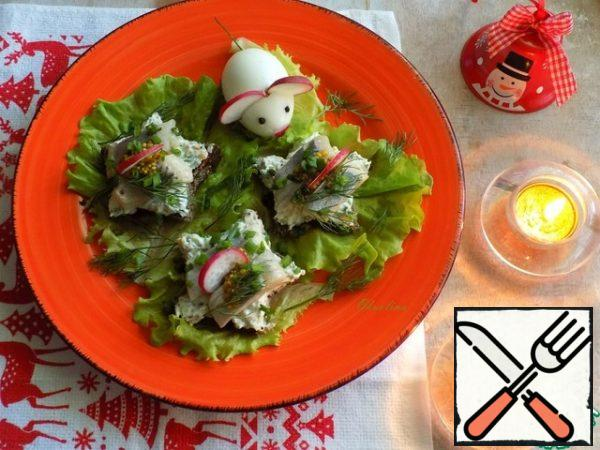 Bread spread cheese sauce generously. On top of the spread pieces of herring fillet, still add mustard granular (this is for those who like sharper!) optionally and a thin slice of radish. I apply holiday, so the dish will pave lettuce leaves, lay each leaf on the toast and sprinkle will a little bit of green onion and small sprigs of dill. Since we have the year of the white mouse, then on a plate lay out a mouse from an egg with ears and nose from the radish, a little pepper, peas and tail - stalk from fennel. The food is ready! Festive, beautiful.