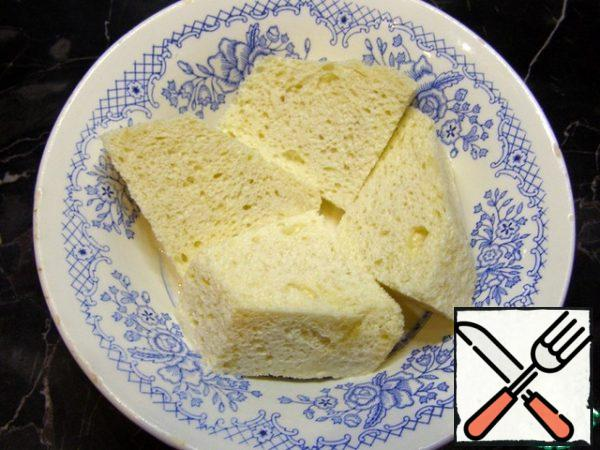 With buns cut the crust, cut into large pieces and soak in milk.