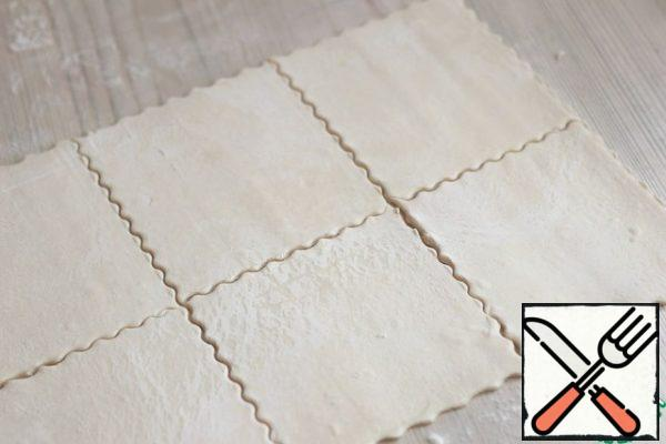 Puff pastry lightly roll out, cut into equal squares, about 10-12 cm.