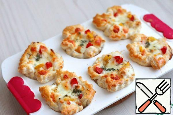 To send the form in a preheated ovenT 200*С. Bake puff mini-pizzas until Golden brown.