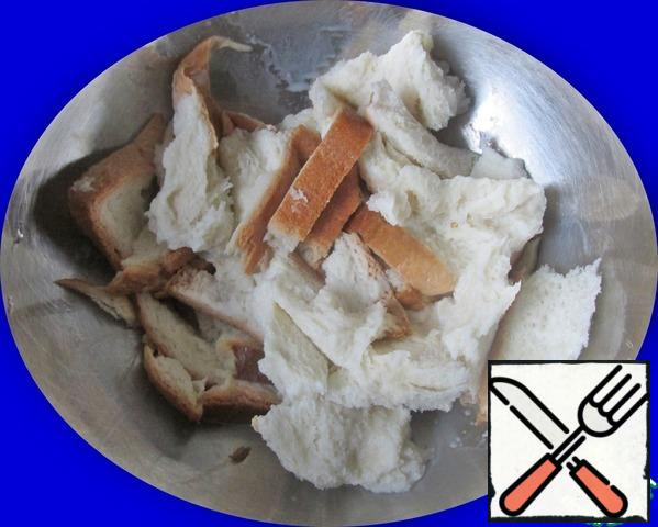 Pieces of white bread are placed in a bowl and pour the milk. Stir and leave for 15 minutes to swell. I advise you to cut off the crust from the bread, but the weight of the bread without crusts should be 350 g. I did not do this and had to knead the bread mass very carefully.