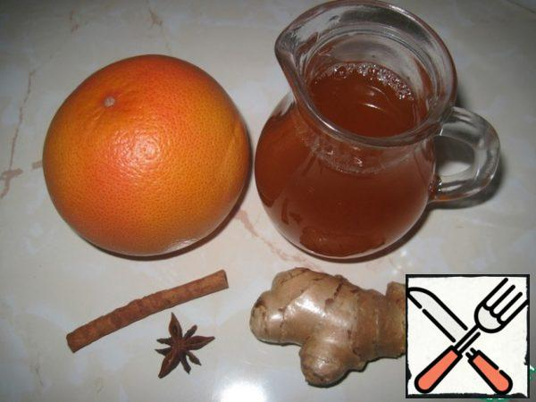 For the drink, I used home-made concentrated Apple juice. Remove the zest from the grapefruit with a fine grater, without affecting the white layer of the peel. Fresh ginger root also grate on a small grater-you will need 1 tbsp.