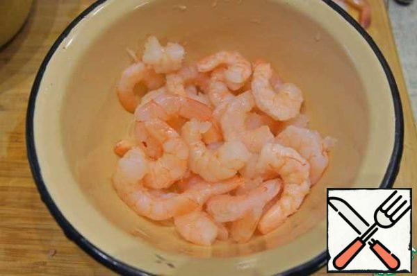 Meanwhile, clear the thawed shrimp from the tails. Do not forget to remove the intestinal vein, you do not want to season your soup with waste shrimp)
