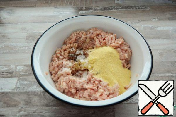 Remove the chicken meat and skin through a meat grinder with onions 2 times. Add the minced garlic, salt, pepper and semolina. Knead well, beat, tighten the bowl with cling film and put in the refrigerator for at least half an hour, so that the semolina swelled.