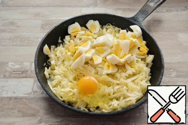 In the cooled cabbage, add 3 boiled eggs, cut into pieces and 1 raw egg. Stir.