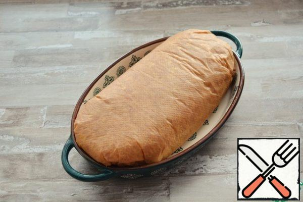 Carefully connect the edges of the stuffing to get a roll with the filling in the center. And wrap the edges of the parchment. Place the roll in parchment in a baking dish. Cooking at a temperature of 150-160 °C for about 1 hour.The size of the form I have 28*18 cm Roll in diameter is about 12 cm.