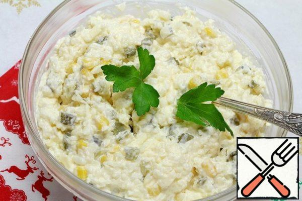Mix rice, grated cheese, corn, onions, cucumbers, add mayonnaise, if desired, you can add chopped herbs.