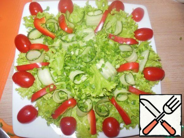 And sprinkle the onion on top. Put the tomatoes on the edge of the dish. And in any order we spread the pieces of eel.