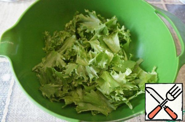 The salad is better to take crisp varieties (cheese, frisee, iceberg). Pick lettuce leaves with your hands into pieces.