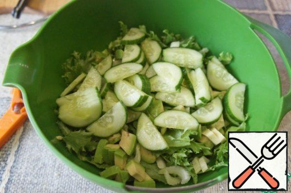 Cut the cucumber into thin half-circles and pour it into a bowl with the salad.