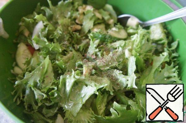 All the ingredients are easily and neatly mixed in a large deep bowl. Add the cherry to the salad and sprinkle with a mixture of peppers to taste. Pour the dressing over the salad and mix gently again.