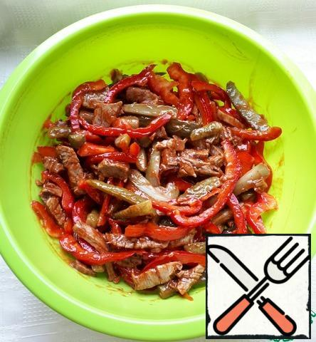 Put the chopped ingredients in a bowl, mix and add ketchup, vegetable oil, garlic, pepper and salt to taste.