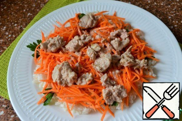 Put the carrots and pieces of cod liver on the rice.