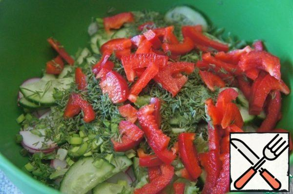 Greens and bell pepper. Mix everything carefully in a deep bowl. Season with sugar and salt, drizzle with oil and vinegar and mix gently again.