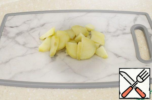 Boil the potatoes, peel and cut into slices.