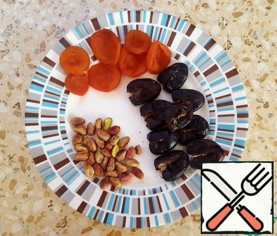 Peel the pistachios. Remove the seeds from the dates.