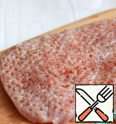 Fillet of Turkey breast cut into a layer of 1-1. 5 cm Thick. Sprinkle to taste with ground black pepper and a mixture of spices for poultry. Add salt to taste, remembering that the filling of pickled cucumbers is already salty.