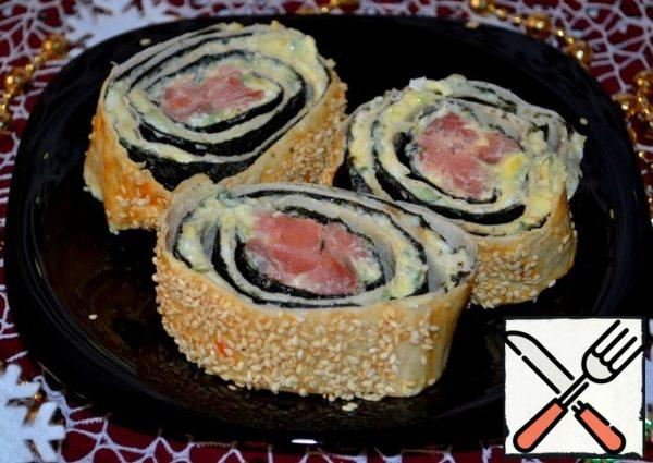 Very carefully, with a sharp knife, cut the roll into pieces and you can serve it to the table! It turned out very tasty, fragrant and unusual! A great option for fans of sushi and rolls of pita bread!