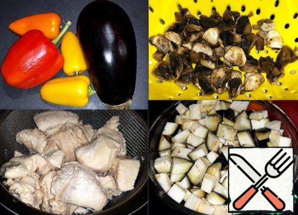 Ingredients for pate-eggplant, Bulgarian and sweet peppers. Mushrooms I'm a little blanched. Chicken with the skin removed, sliced into small pieces and boiled a little in salted water. Eggplant cut into cubes and put it in salt water for 30 minutes.