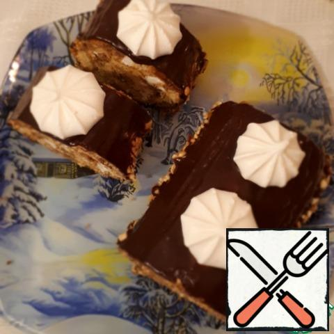 Another option for making a roll is to pour ganache over it, sprinkle the sides with nuts and put meringue on top. Preparation of ganache-heat the cream, but do not boil, put the chocolate pieces in them and stir well.