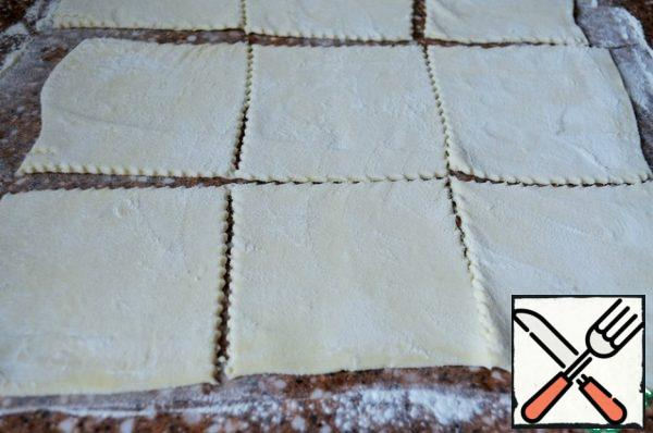 Turn on the oven to warm up. Roll out the dough, cut into 9 squares, 9-12 cm.
