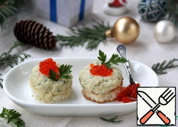 You can serve the pate in tartlets, on crackers, on toast. I fried the loaf pieces in a dry pan and put the pate on top. You can decorate with greens, caviar or apply a light mesh with mayonnaise.