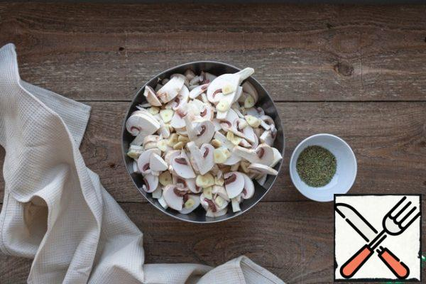 Cut the mushrooms into slices, garlic slices.