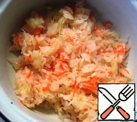 Put the sauerkraut in a salad bowl.