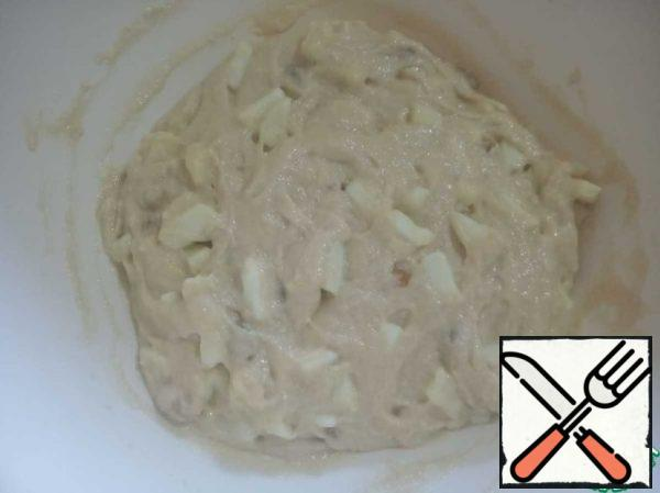 Add the apples and raisins to the dough and mix well. You can cover the form with parchment paper or just grease it with oil and put the dough.