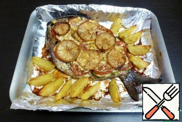 Arrange the potato slices around the fish, although you didn't want them at first. It turned out very tasty.