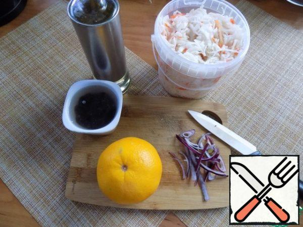 You need to take a large and juicy orange. Steam the raisins with boiling water. Onions in the salad can not be put at all. I took quite a bit of red onion and sliced it thinly.