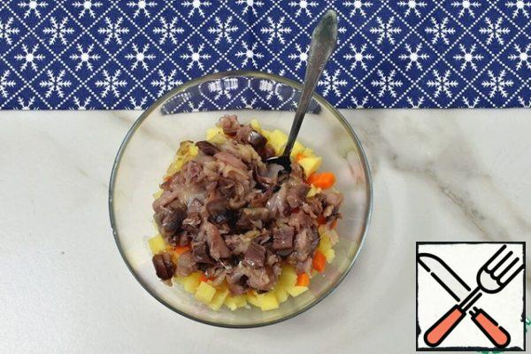 Put the cooled vegetables and onions in a bowl and add the smoked mackerel, which has been disassembled into pieces.
