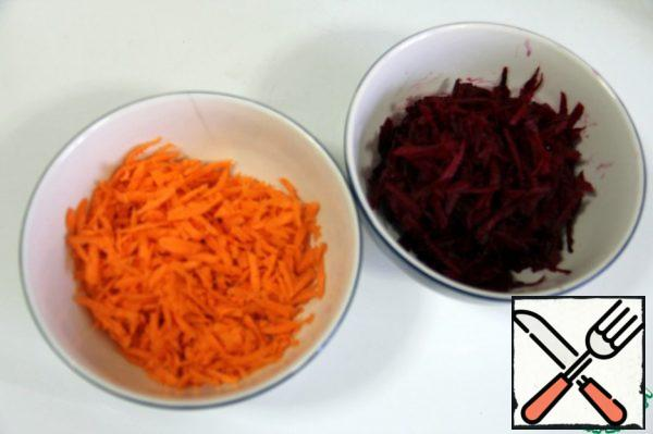 Grate the carrots and beets on a large grater.