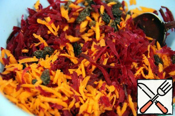 Then slightly dry the beets with a paper towel and add to the carrots. Add the raisins and mix.