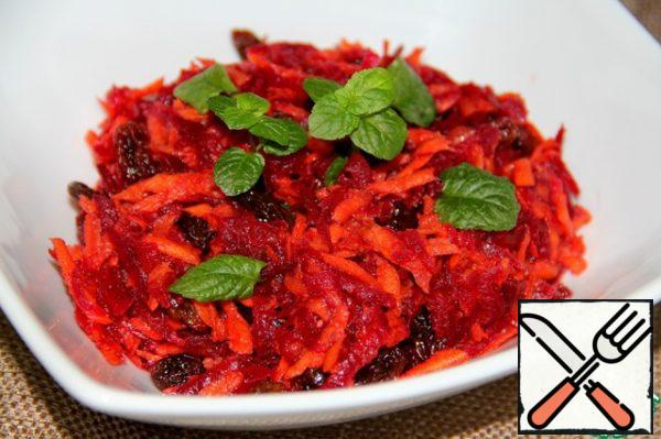 Pour this sauce over the salad and mix well so that both the beetroot and carrot are covered with the dressing. Then leave at room temperature for about 1 hour, so that the salad is well soaked. When serving, sprinkle mint leaves on top.
