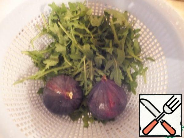 Wash the arugula and figs and let the water drain.