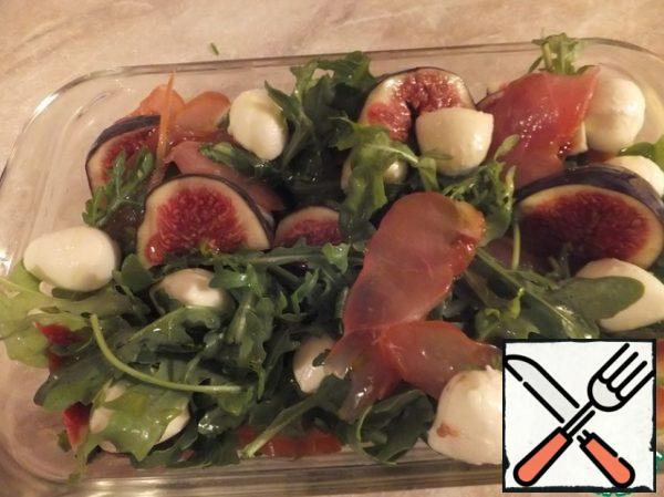 Put arugula, balyk, mozzarella, sliced figs on a common dish or in portions on plates. Drizzle with olive oil. Salt if necessary. That's it, our salad is ready!