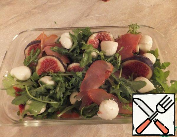 Salad with Salmon, Arugula and Figs Recipe