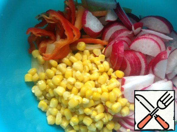 Pepper cut into strips, radish half-rings. Drain the excess liquid from the corn.