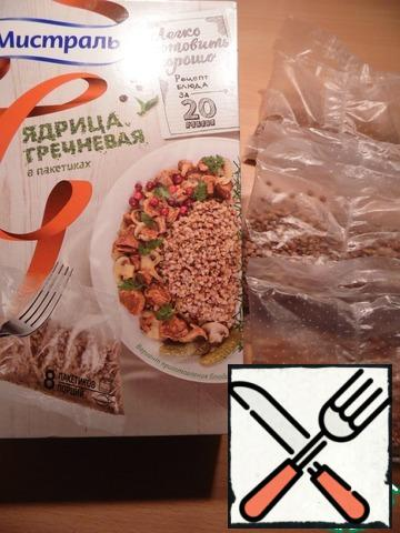 Boil buckwheat in bags according to the instructions on the package.