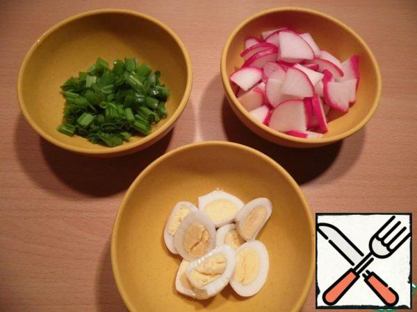 Boil the eggs, cut into halves, chop the onion, cut the radish into small pieces. Mix all the ingredients and season with melted butter.